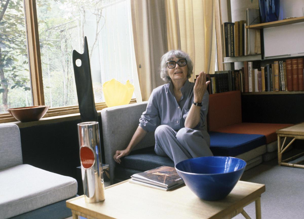 Grete Prytz Kittelsen i sitt hjem i Planetveien i Oslo i 1980 Her sitter hun med vasen og bollen hun testamenterte til museet ved sin død i 2010. Huset er tegnet av Arne Korsmo.