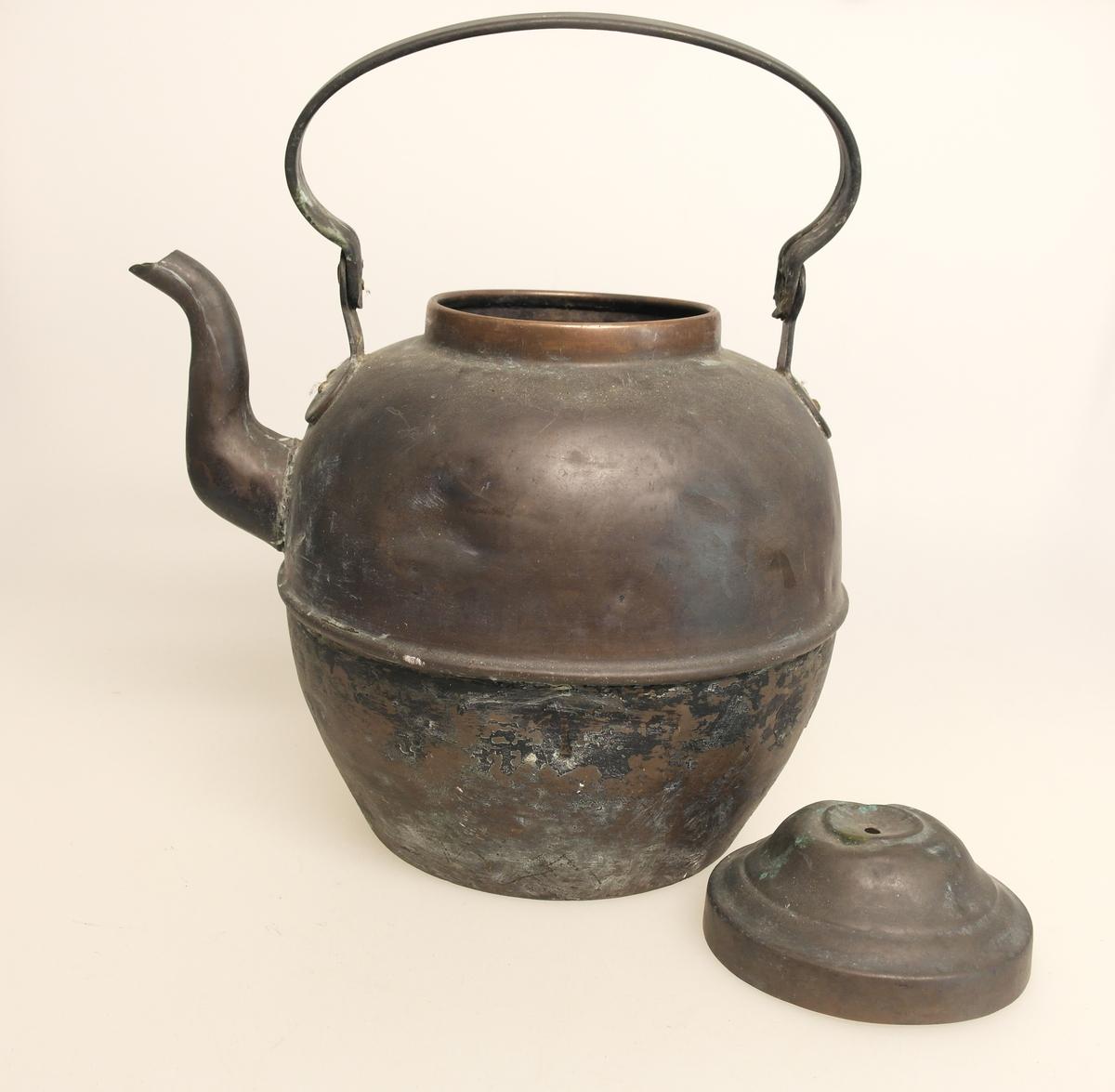 Kaffekjele (A) med lokk (B), laget av kobber, med innvendig fortinning. Det er en forhøyet kant midt på kannen, som viser at den er beregnet på komfyr med ringer. Inngravering på hanken.