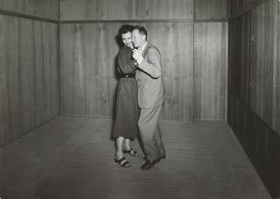 Grete Prytz og Arne Korsmo danser i Planetveien 12. Foto/Photo