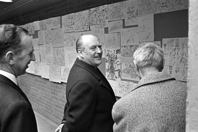 """Kong Olav ser på """"Aukrusts tegnekonkurranse"""" på landbruksutstillingen på Sjølyst. Fotografert mars 1964."""