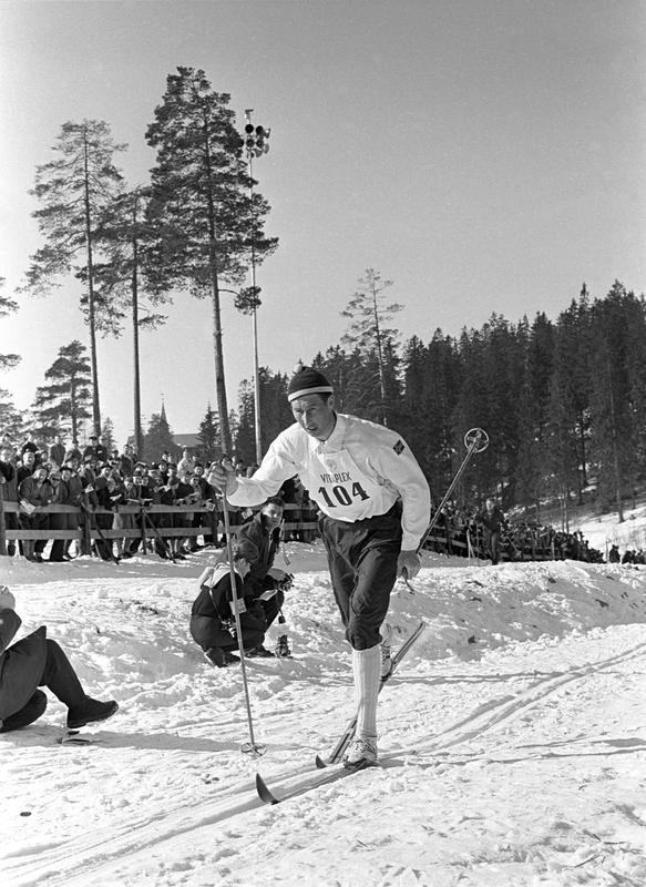 Skiløper Harald Grønningen med startnummer 104 i Holmenkollen. Holmenkollrennene 1963.