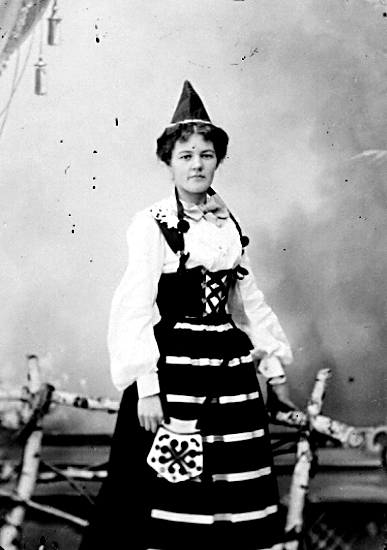 Karin Bäckström f. 1880 drev fotoateljé på Vasagatan 5 i Töreboda. Hon tog över den av sin far Thure Bäckström, som hade etablerat firman 1886, och hon drev den mellan 1896 -1916.Karin Bäckström gifte sig år 1917 med John Knape.