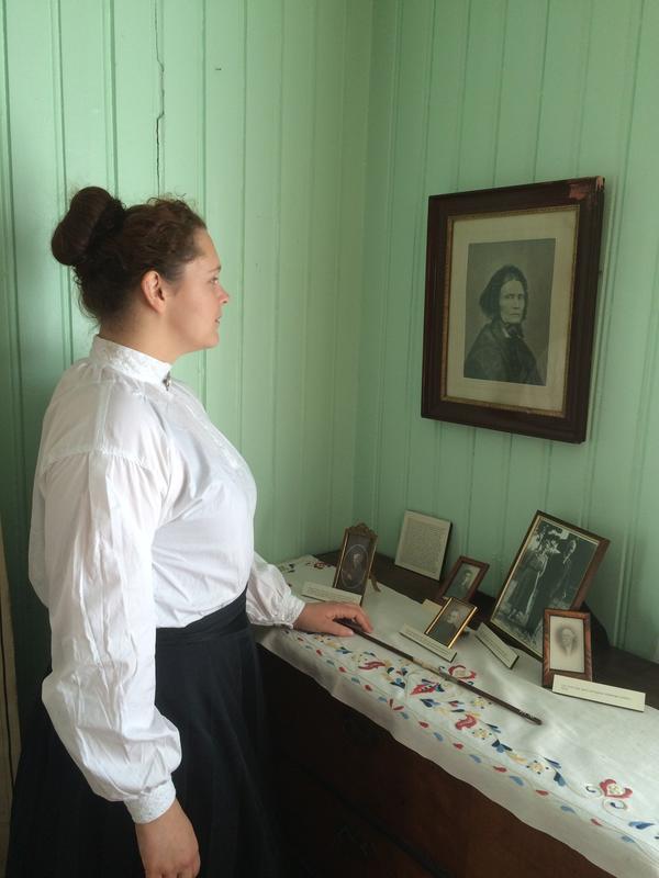 Maren Sofie Løfsgård som lærerinde ved Sagstuen skole beskuer portrettet av Mor Amble.