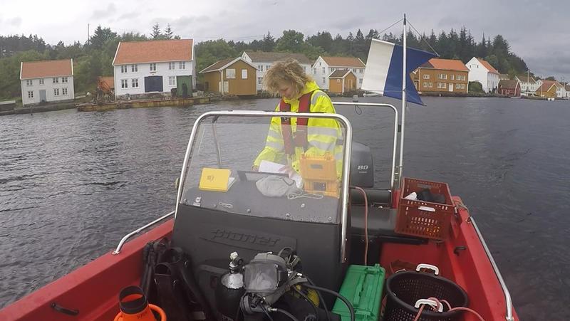 Arkeolog fra Norsk Maritimt Museum i dykkebåten i gamle Svinør havn.