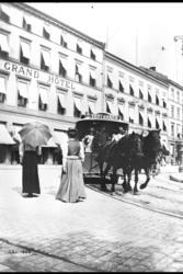 Hestesporvogn på vei til Vestbanen runder Eidsvollsplass