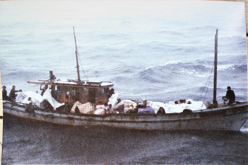 Hung og familien idet de blir reddet av det norske redningsskipet Lysekil. Foto: Erik Berglund (Foto/Photo)