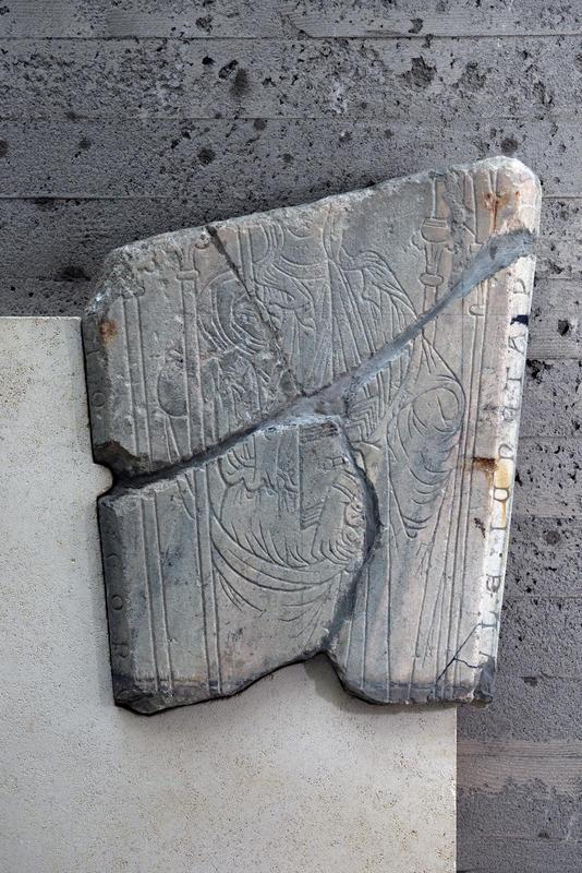 """Den gotiske kvinnegravsteinen der den står utstilt i dag; i """"kirkerommet"""" i Storhamarlåven."""