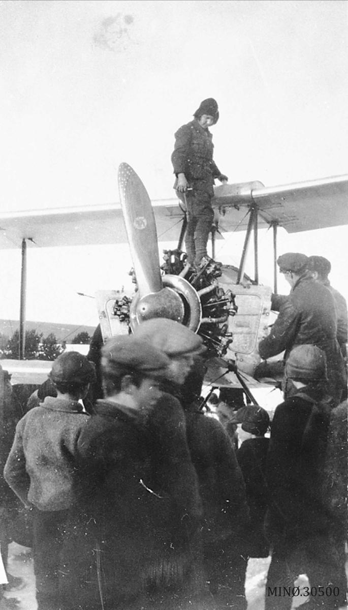 Første flyet på Lomnessjøen.