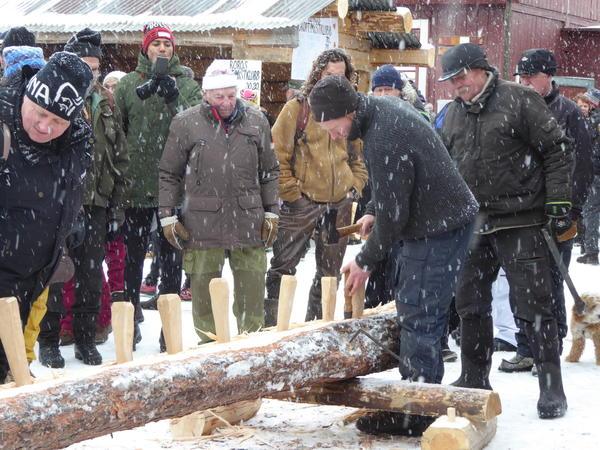 Røing av tømmerstokk. Foto/Photo