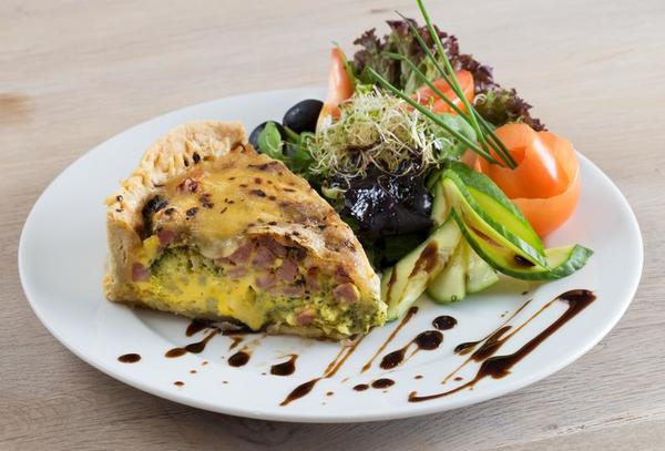 Lunsj i Fjordkaféen: tallerken med et stykke pai og salat. (Foto/Photo)