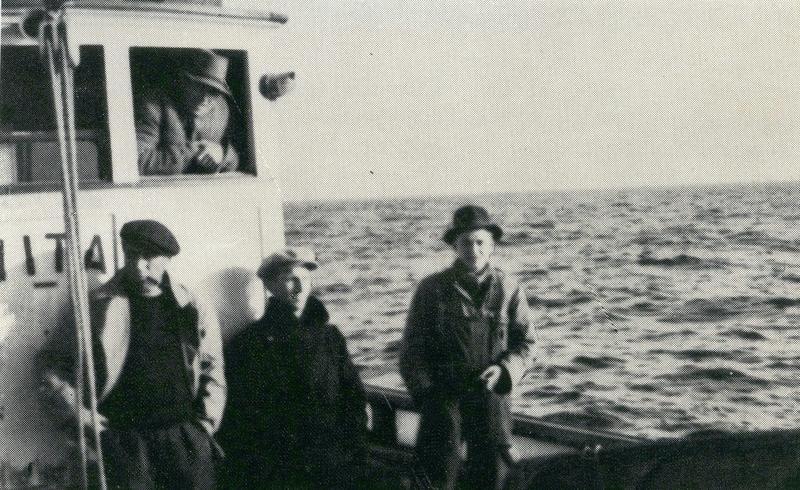 De fire marineoffiserene Tore Holthe, Per Danielsen, Øivind Schou og Christian Weydahl. Både Danielsen og Schou skulle bli høyt dekorerte for sin innsats under krigen. Med seg hadde de også fiskerne fra Fitjar: Alfred Engstrøm og Ola Tufteland.