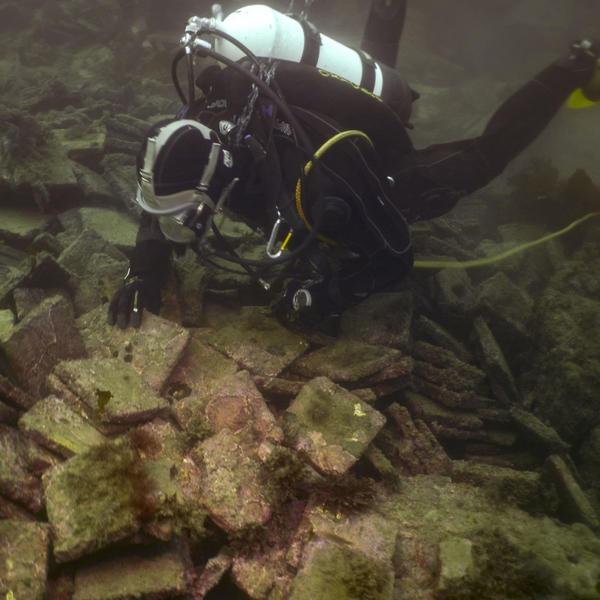 Dykker undersøker vrak under vann.. Foto/Photo