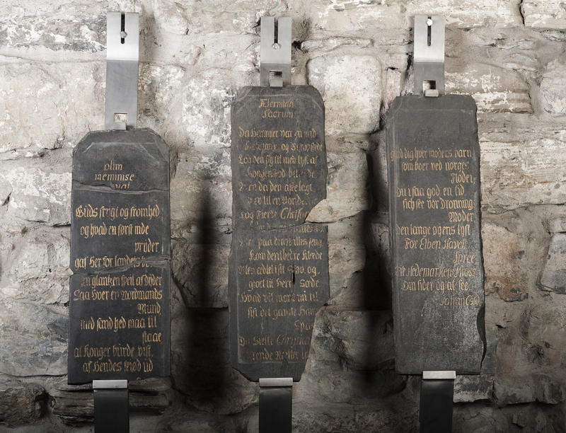 Tre minnetavler i svart skifer med gullskrift, fra kong Christian 6.'s besøk på Storhamar gård i 1733. (Foto/Photo)