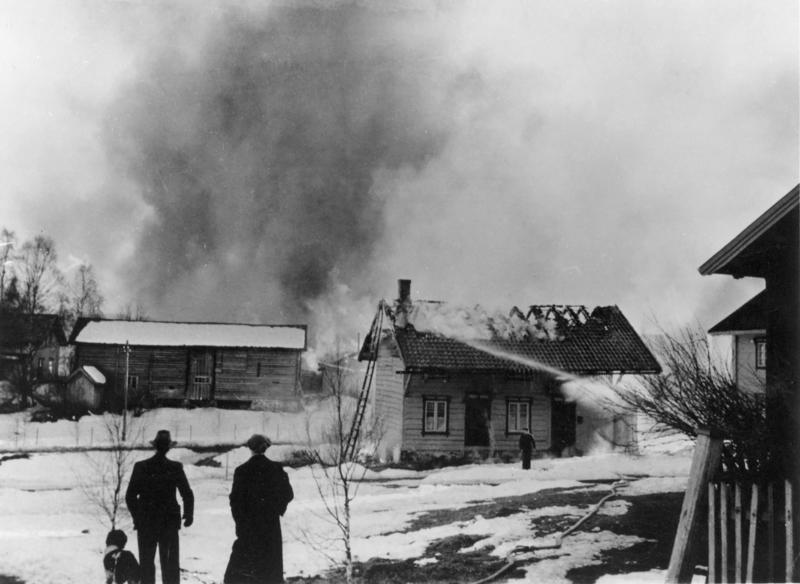 Gården Hummeldalen øst i Elverum sentrum går opp i flammer. Fotograf ukjent/Glomdalsmuseets fotoarkiv.