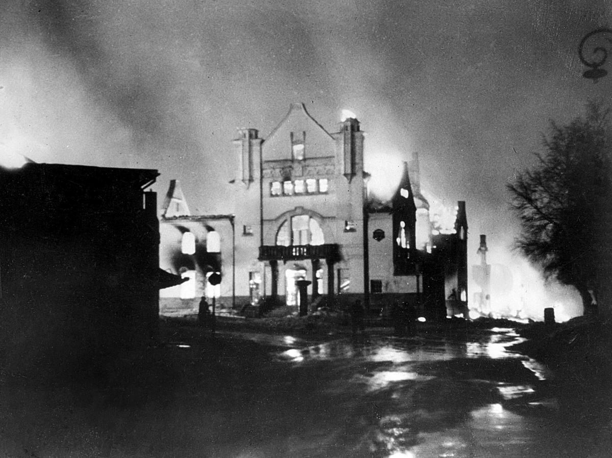 Elverum går opp i flammer. Elverum terrorbombes den 11. april 1940. FOTO: ERLING SYRINGEN/ GLOMDALSMUSEETS FOTOARKIV (Foto/Photo)