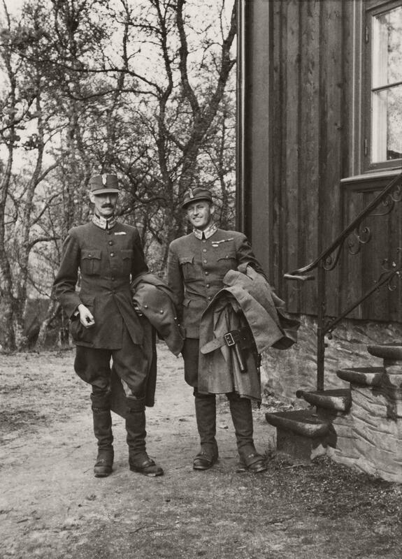 Konge og Kronprins utenfor Tromsø bispegård 7. juni 1940. Her blir det siste statsråd avholdt på norsk jord. Foto: Ukjent/De kongelige samlinger. (Foto/Photo)