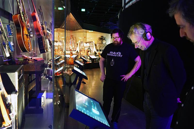 Bill Bruford studerer utstilling Rockens verktøy, med Kristian Krokfoss og Morten Haugdahl. (Foto/Photo)