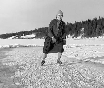 Bilde fra 1964 viser 80-årige Karoline Nergaard som går på skøyter på Osensjøen i Trysil.