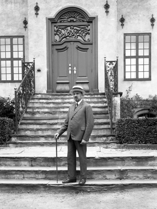 Hans Aall på trappen til Bysamlingen i 1929 (Foto/Photo)