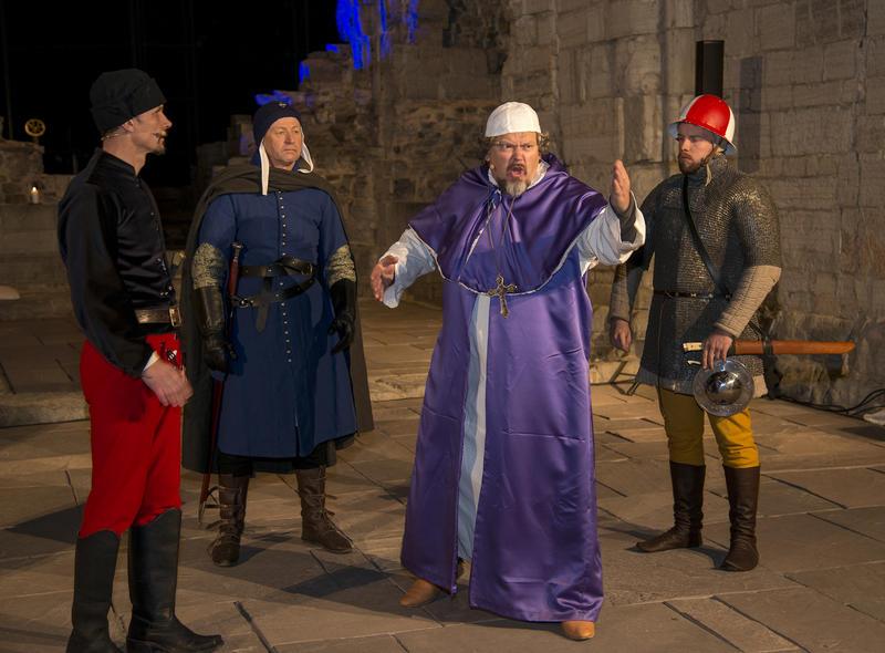 Biskop Mogens taler til sine medborgere før han tas til fange, soldatene står bak og venter. (Foto/Photo)