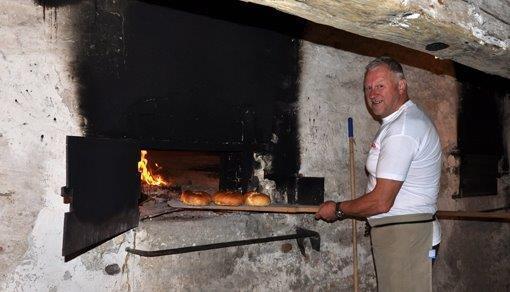 En sjelden gang bakes det fremdeles i det gamle bakeriet. Her er baker Niels Halkjær ved de gamle ovnene. (Foto/Photo)