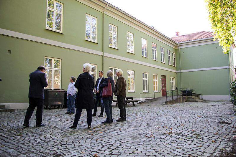 Gaute Jacobsen informerte om museets planer i Fayegården. Arkivar James Ronald Archer tok oss med på en omvisning i bygningen.