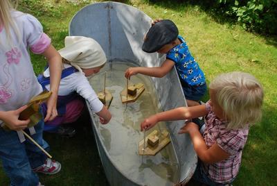Vi tester de hjemmelagede propellbåtene i sinkbadekaret.. Foto/Photo