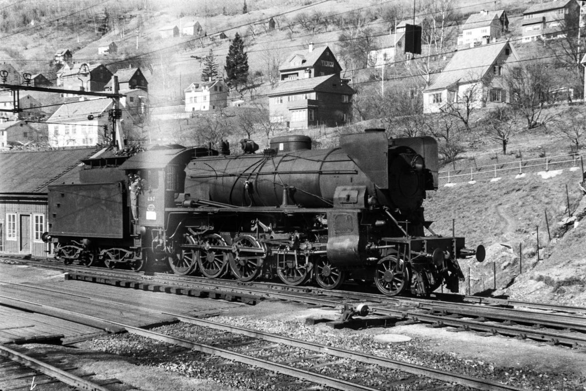 Damplokomotiv type 31b nr. 430 på Voss stasjon.