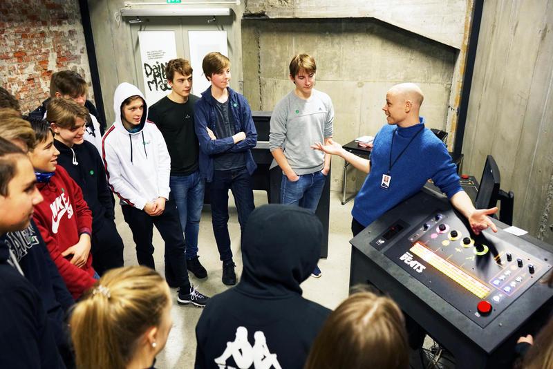 Elever fra Lade skole får prøve seg på Lydlab, ved hjelp av museumspedagog Sigmund Vegge. Alle foto: Rockheim.