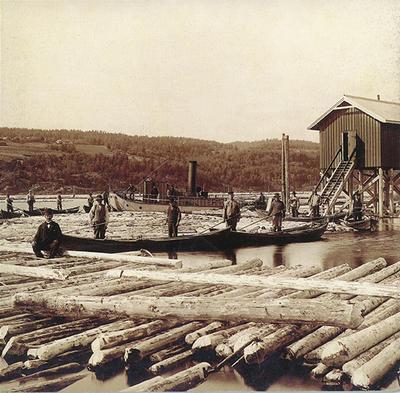 Gammelt foto av lensearbeidere som poserer ute på anlegget i elva.. Foto/Photo