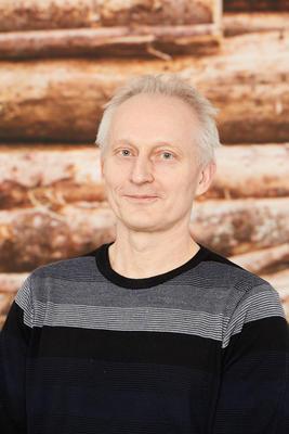 Mann med svart genser. Foto/Photo