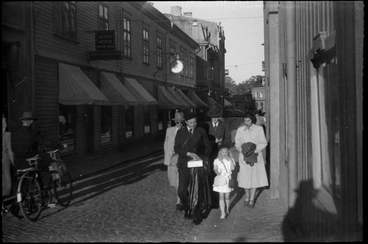 Fotgängare på Hantverkargatan, Norrtälje.