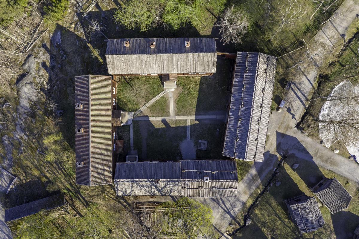 Delsbogården skapades under det sena 1930-talet med avsikten att gestalta en större bondgård i Hälsingland vid 1800-talets mitt. Gården består av byggnader flyttade från Delsbo socken, med undantag av en byggnad som härstammar från Ljusdals socken. Gården är helt sluten, där husen inte är byggda intill varandra sluts gården av höga plank. På Delsbogården finns tre bostadshus, ett fähus, en loge, två härbren samt en brunn. Byggnadernas ålder sträcker sig från 1500-talet till 1800-talets första hälft.