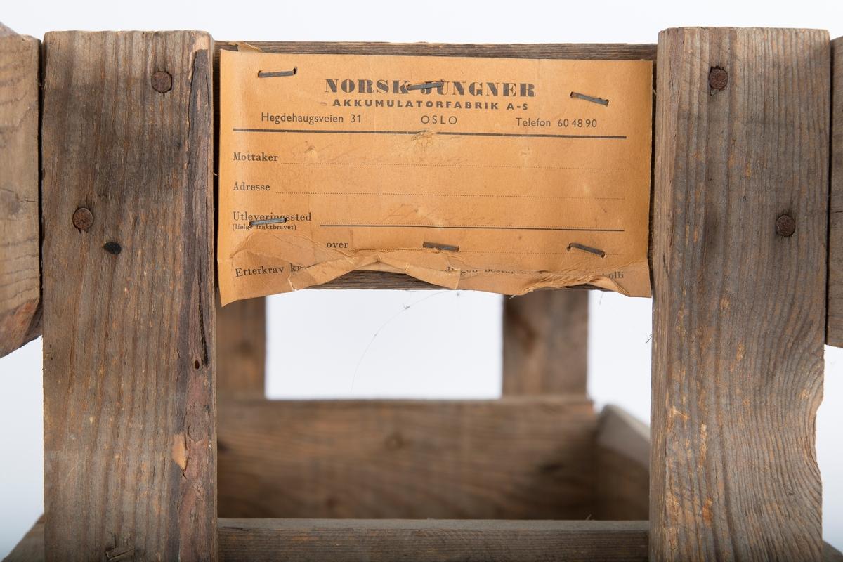 Transportkasse for batteri. Bærehåndtak i form av forlengede sidebord. Brev vedlagt: Norsk Jungner Akkumulatorfabrik A-S