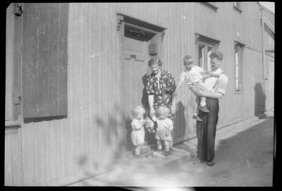 Familien Johansen utenfor Langleiken 9.  Ragnar Johansen står med Sigurd på armen og Olga Johansen med tvillingene Roger og Kent.