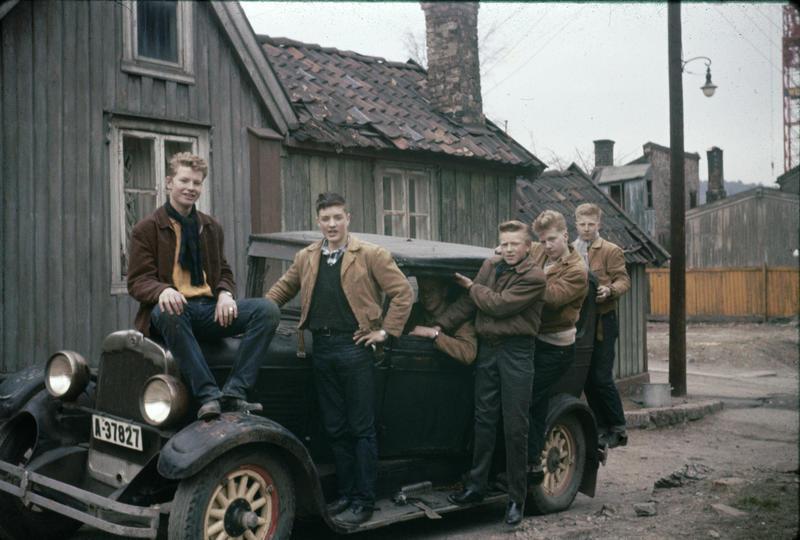Odd Karlsen, bror til Harald M. Karlsen, var en av de første på «Haugen» som tok høyere utdanning. Her ser vi bilen som han og hans klassekamerater hadde kjøpt som russebil i 1959. Enerhaugsgjengen hjalp til for å få bilen trygt plassert. Bildet er tatt utenfor Langleiken 11.