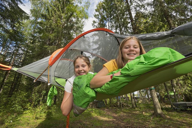 Fredag var det en strålende jakt- og fiskedag. Jentene koser seg blant tretoppene på Prestøya og i tretoppteltene til Finnskogen Adventures. Foto: Bård Løken/ Anno Norsk skogmuseum. (Foto/Photo)