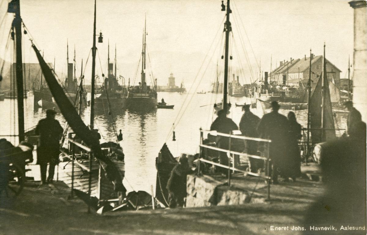 Oversiktsbilde av havna i Ålesund, sett mot Molja og Skansekaia. Flere mennesker står på kaia og ser ut mot havna.