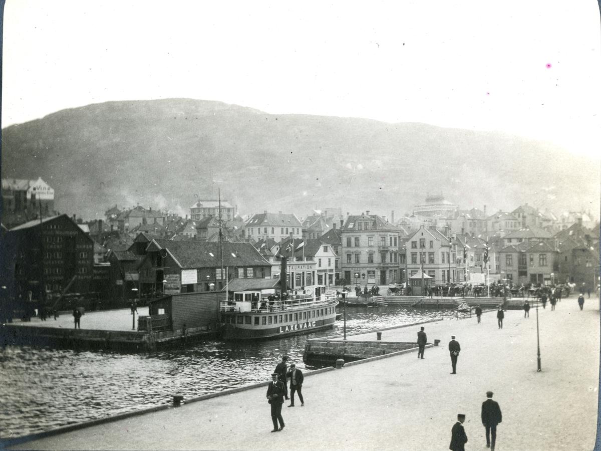 """Bildtext: """"Bergen: hamnen Nöste"""" S/S Aeolus för ankar i Bergens hamn, Norge. I bilden syns ett norskt ångfartyg med namnet Laxevaag."""