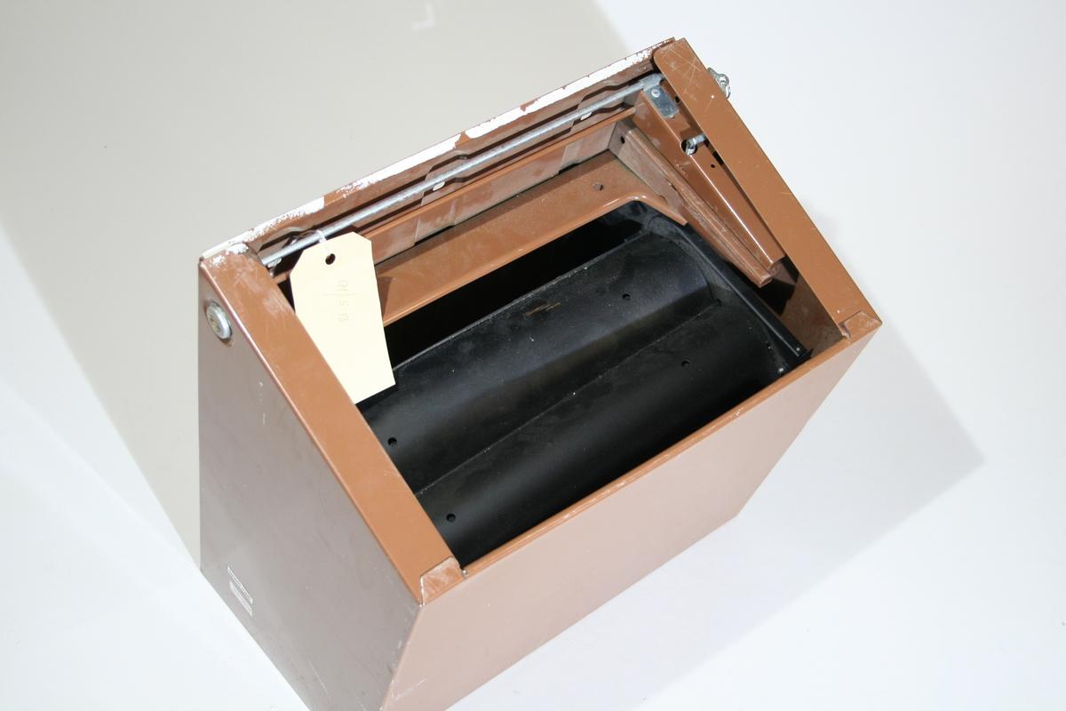 Dispenser:  Nøkkel med nøkkelring med gul plastikkannheng sitter i nøkkelhullet på dispenseren. Dispenseren har endel riper i lakken. Tørkerull: Innpakkningspapiret sitter fortsatt på.  Tørkerullen er av hvitt bomullsstoff med en tynn blå stripe mot kantene. Det er en jare kant.