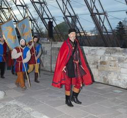 Truid ankommer Hamardomen med sine soldater som bærer faner og våpen. (Foto/Photo)