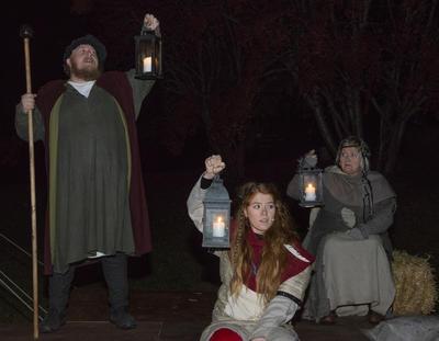 Vekteren står og lyser, Ruske-Ragna og Spå-Sara holder også lykter med lys.
