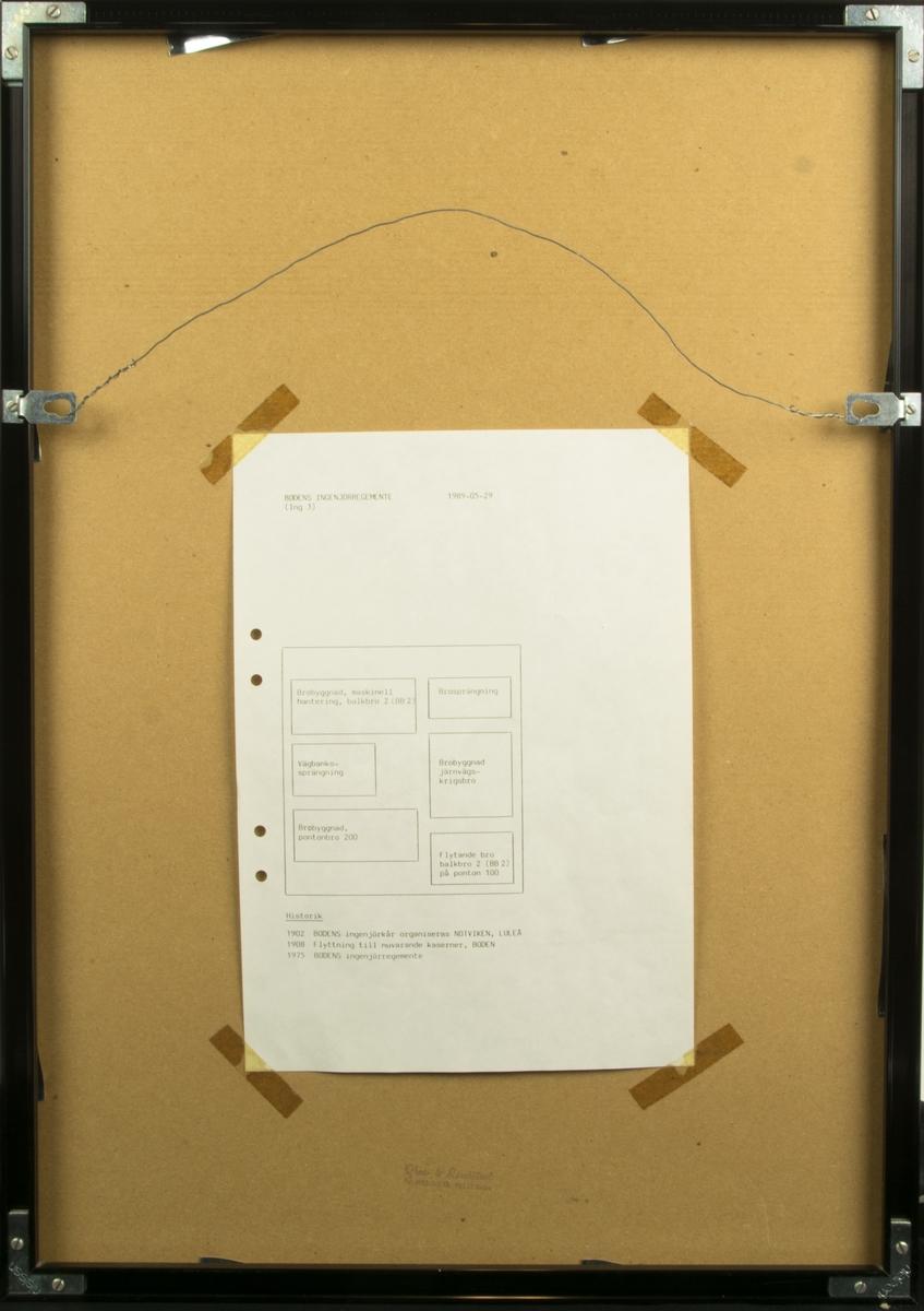 Affisch från Bodens Ingenjörsregemente (ING 3) som visar foton från olika delar av verksamheten samt vapensköld. På baksidan finns en skiss över vad de olika fotografierna föreställer. Inramad i svart plastram.