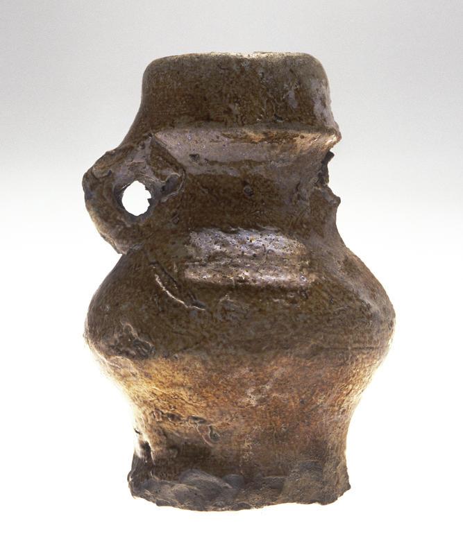 Pilegrimskrukke: Liten keramikkrukke med en hank (den andre har falt av), krukken er større nederst enn øverst. Brukt av pilegrimer i middelalderen til å frakte hellig vann under en pilegrimsvandring. (Foto/Photo)
