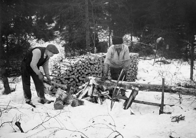 Vedproduksjon i Nordmarka en vinterdag i 1919. Foto: Skarpmoen /Norsk skogmuseum (Foto/Photo)