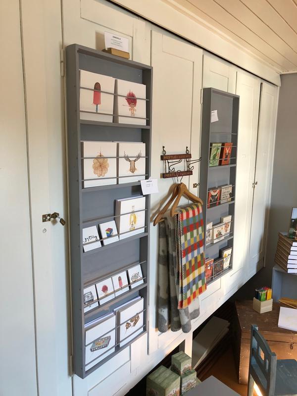 Postkort og pledd i museumsbutikken