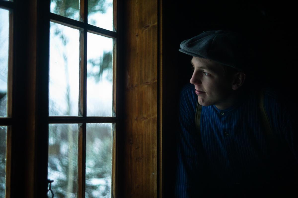 Magnus titter ut av vinduet