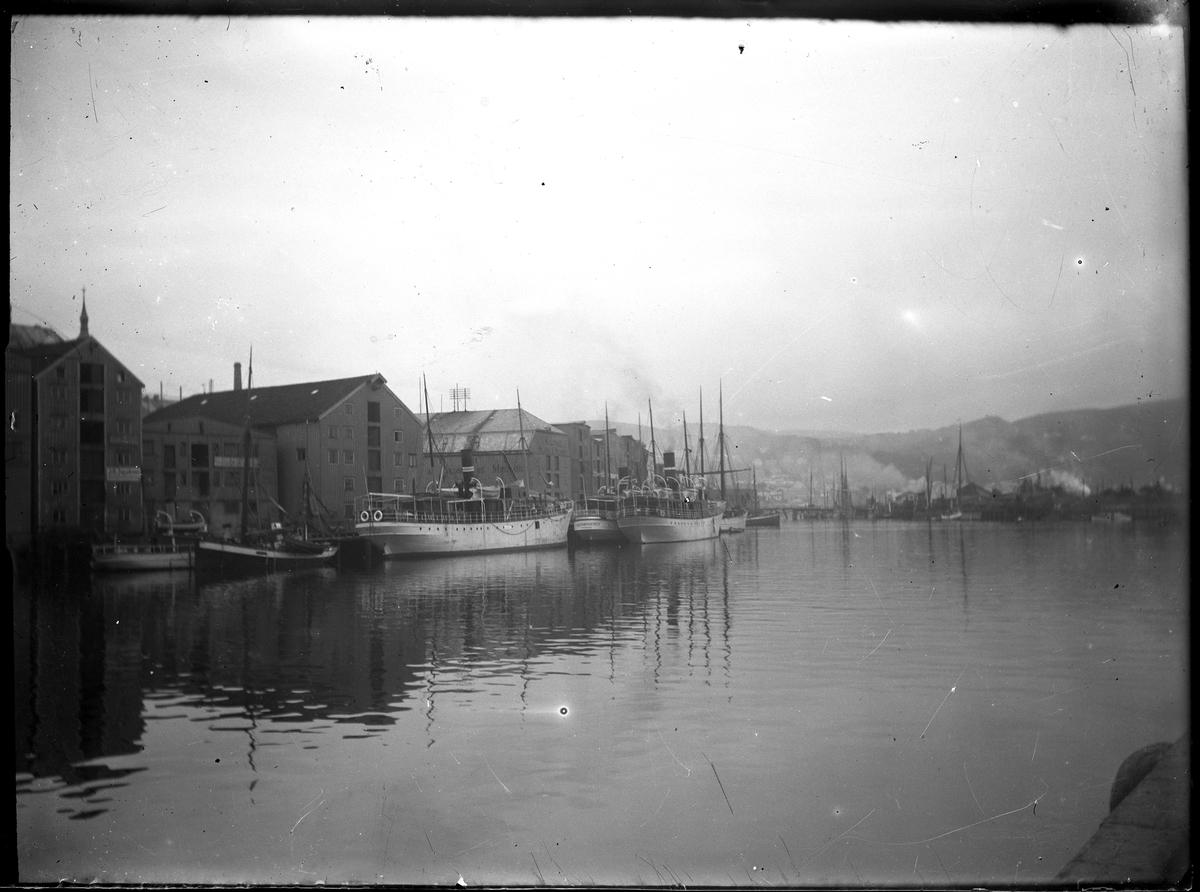 Större båtar vid kaj i hamn, Norge.