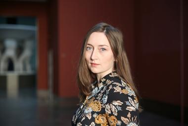 Elin-Therese Aarseth (f. 1985) er kunsthistoriker med mastergrad fra Universitetet i Oslo. Har siden 2013 vært ansatt ved Vigeland-museet i Oslo. Aarseth er kurator for vandreutstillingen Gustav Vigeland. Angsten står i sofaen. (Foto/Photo)