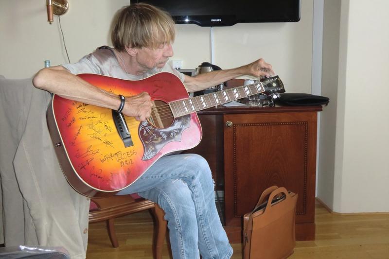 Jahn Teigen spiller gitar på Britannia Hotell i forbindelse med Hall of Fame 2012. Foto: Terje Nilsen. (Foto/Photo)